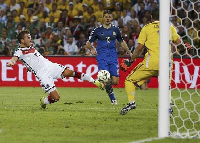Mario Goetze chuta e faz o gol da vitória da Alemanha sobre a Argentina na final da Copa de 2014, no Maracanã. 13/7/2014.