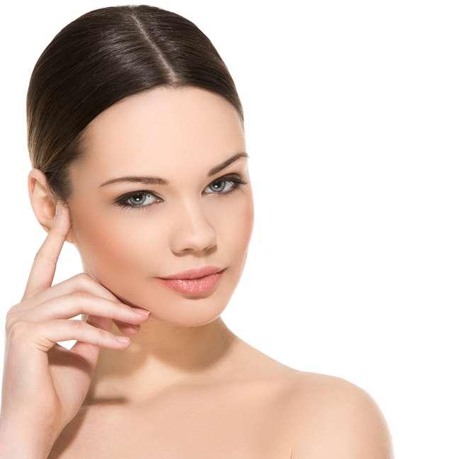 Além das marcas de expressão, o avanço da idade também pode causar aos olhos a queda do supercílio (região abaixo da sobrancelha e acima da pálpebra), bolsas, flacidez das pálpebras e, em casos mais extremos, queda da pálpebra inferior