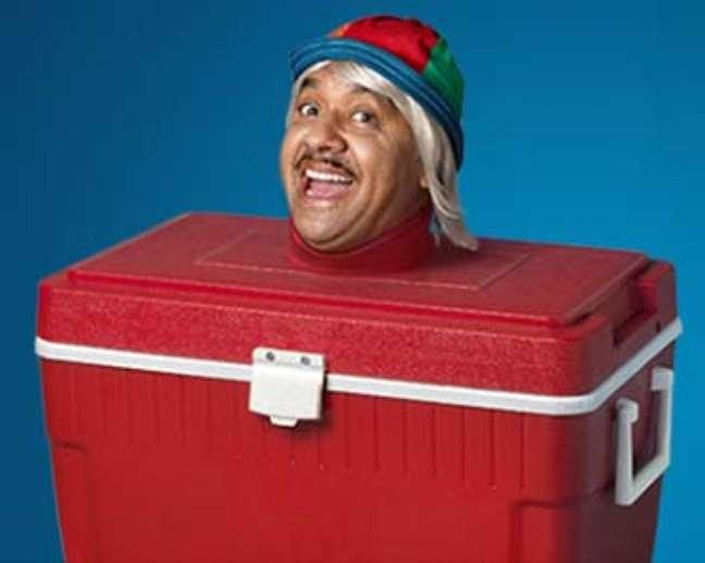 """Na peça publicitária, Tiririca aparece como uma """"caixa térmica"""" e começa a reclamar"""
