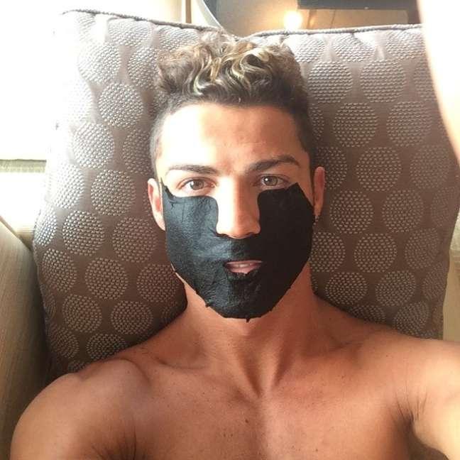 <p>O capitão da seleção portuguesa atualmente está aproveitando uma folga do futebol e aproveitou para colocar a beleza em dia</p>
