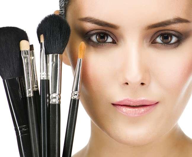 Além de colorirem o rosto e cobrirem imperfeições, as maquiagens também podem ajudar no combate  à oleosidade, desidratação, flacidez e acne