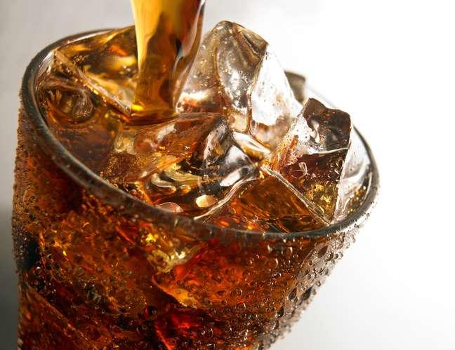 Os refrigerantes contêm excesso de sódio em suas fórmulas, além de apresentarem adoçantes artificias e corantes, que são capazes de criar reações inflamatórias e alérgicas na pele