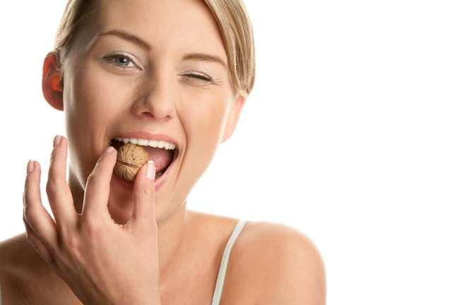Manter uma deita saudável é a melhor alternativa para as mulheres que desejam conquistar uma pele revitalizada, sem acne e longe do envelhecimento precoce