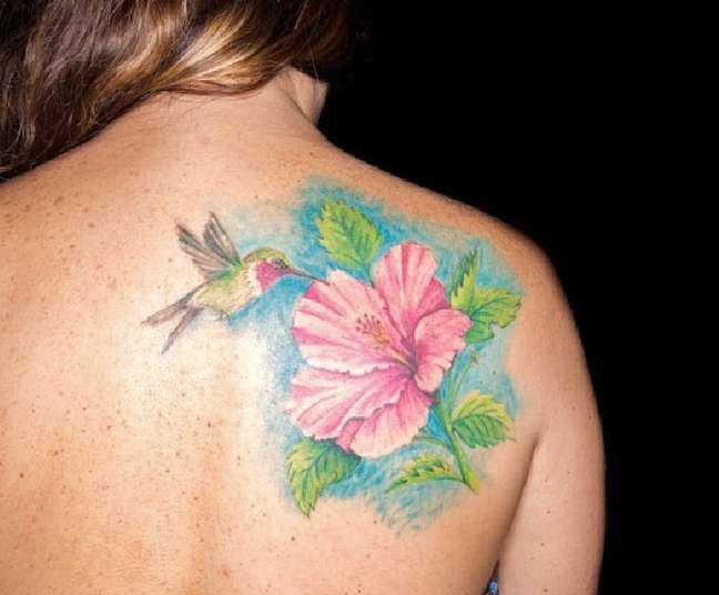 Beija-flores é um dos animais que mais rendem ilustrações bonitas para tattoos femininas