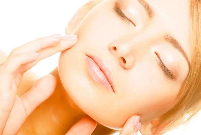 Criado nos anos 90 pelo médico búlgaro Nicolay Serdev, o implante de fios elásticos suspende a musculatura do rosto e reposiciona a pele sem causar nenhum tipo de alteração, redesenhando a área de forma harmoniosa e praticamente indolor