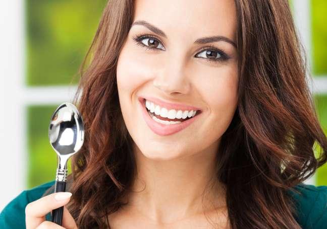 Capaz de reduzir os efeitos provocados por problemas estéticos como olheiras, excesso de oleosidade e poros dilatados do rosto, a colher pode se tornar uma aliada da beleza feminina