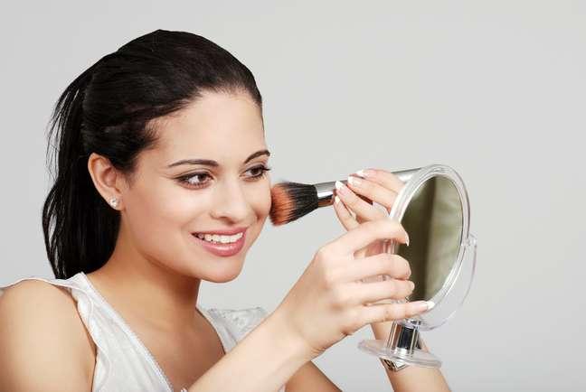 Feitas para corrigir imperfeições e realçar a beleza natural, a maquiagem feita de forma exagerada pode evidenciar rugas e marcas de expressão