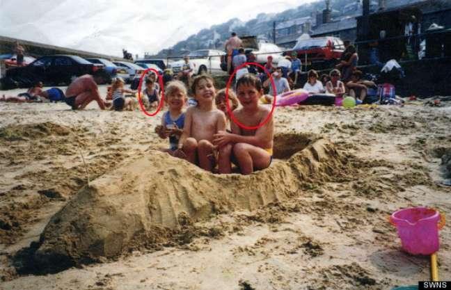 A foto tirada em 1994 mostra Wheeler construindo um barco de areia e, ao fundo, Aimee também é vista brincando na areia com seus familiares