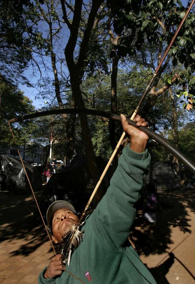 Índio guarani atira flecha; povo teria inventado o futebol antes de ingleses