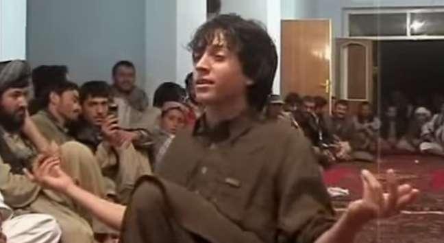 <p>Imagem do documentário The Dancing Boys of Afghanistan mostra um jovem afegão dançando para seu público</p>