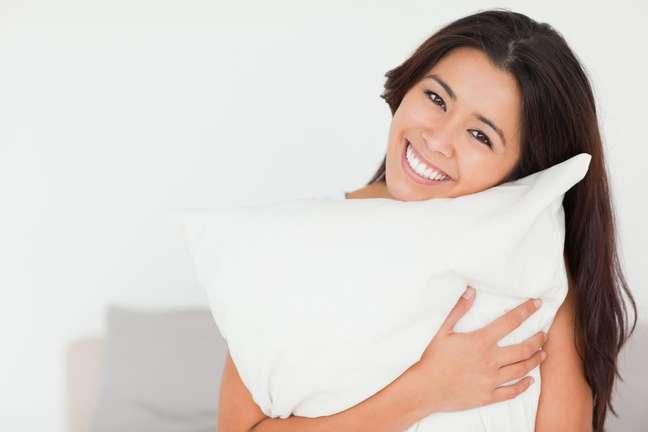 <p>Al&eacute;m de cuidar da pele com sabonetes e cremes antes de ir para a cama, tamb&eacute;m &eacute; preciso se atentar ao modo como se dorme e o tipo de fronha utilizada no travesseiro</p>