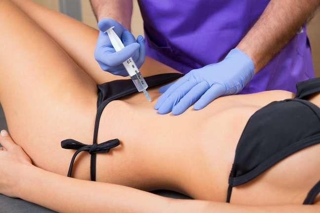 Aplicadas no abdômen, flancos, glúteos, culote ou pernas, as injeções antigordura são elaboradas com enzimas que promovem a dissociação (quebra) das células de gordura