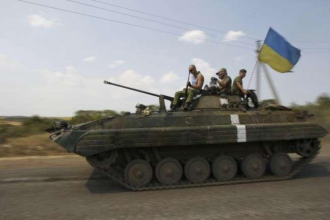 Soldados ucranianos em cima de um veículo blindado próximo a Donetsk. 11/08/2014.