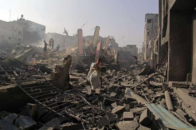 <p>Palestinos procuram&nbsp;seus pertences ap&oacute;s terem as casas destru&iacute;das em um ataque israelense em Rafah, sul da Faixa de Gaza, em 2 de agosto</p>