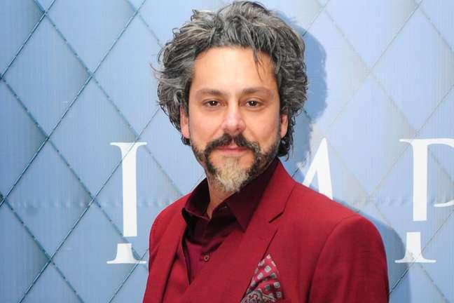 Alexandre Nero vive o barbudo José Alfredo, em 'Império'