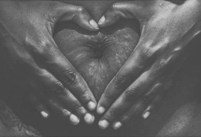 Mãe mostra foto da barriga com estrias, que surgiram após nascimento da filha há dois anos