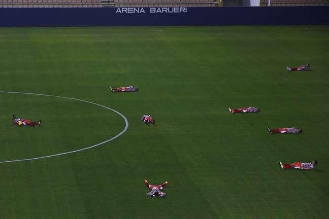Jogadores do Operário se deitaram no gramado em apoio ao protesto do Barueri
