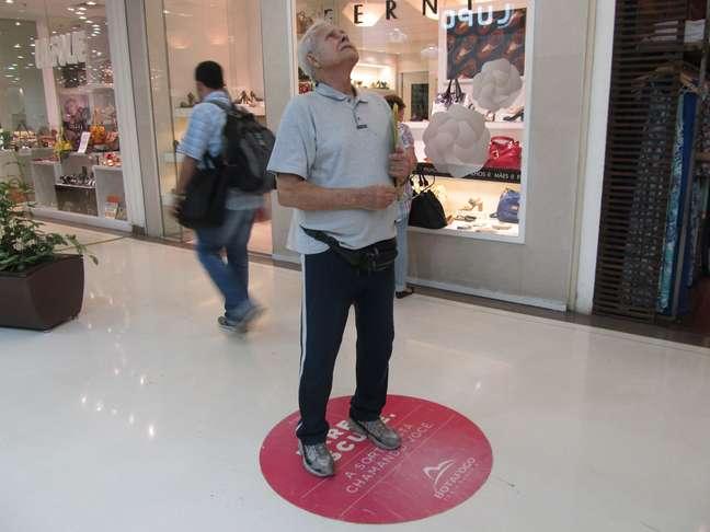 Instalado em corredores de shoppings e mercados, o voice media veicula propagandas em áudio para as pessoas que ficam paradas no local indicado