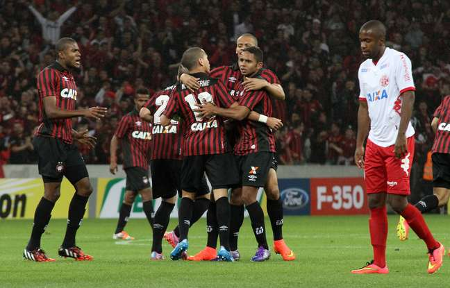 <p>Vitória por 2 a 0 não foi suficiente para o Atlético-PR avançar</p>