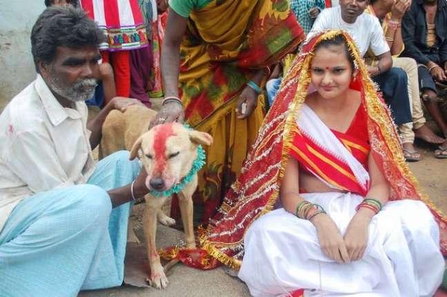 O pai de Mangli, Sri Amnmunda, escolheu o cachorro chamado Sheru para se casar com a filha