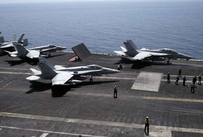 <p>Ca&ccedil;as F/A-18 Hornet (semelhantes aos da foto)&nbsp;ca&iacute;ram ontem no Oceano Pac&iacute;fico</p>
