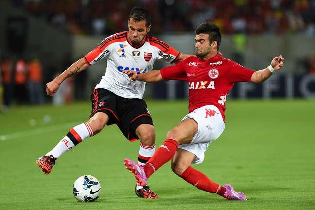 <p>Canteros e Arthur Maia disputam a bola no duelo entre Am&eacute;rica-RN e Flamengo na Arena das Dunas.</p>