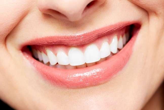 Para evitar esses problemas, os cuidados devem começar antes mesmo da primeira aplicação, com exames no dentista para verificar o melhor tratamento