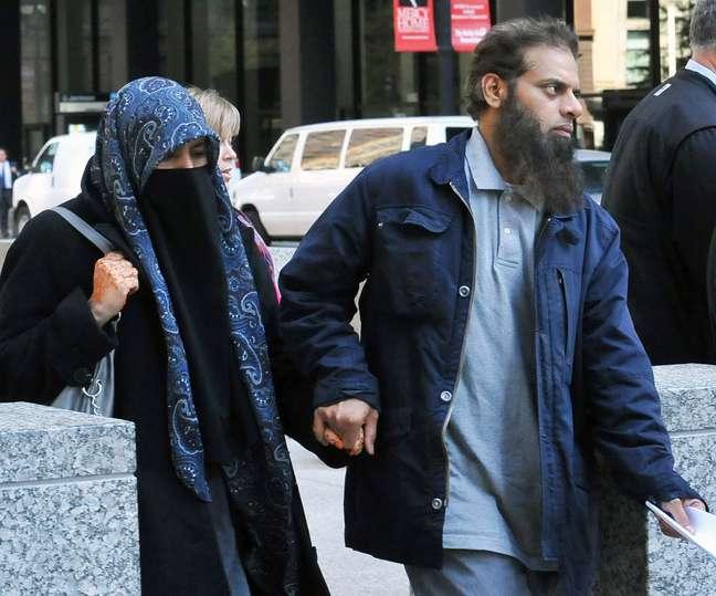 <p>Os pais do jovem acusado s&atilde;o vistos deixando a delegacia, em Chicago&nbsp;</p>