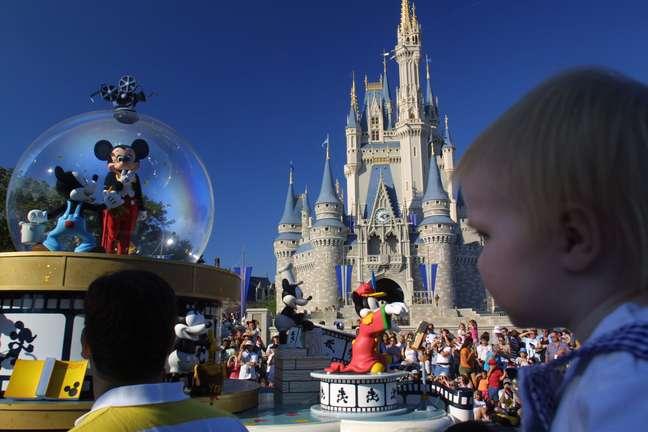 A Disney Brothers Patnership começou só com a produção de desenhos animados e de produtos ao consumidor. Quando se tornou a corporação Walt Disney Productions diversificou as atividades produzindo filmes, programas de TV e parques temáticos. Hoje a Disney reúne mais de 20 companhias interligadas