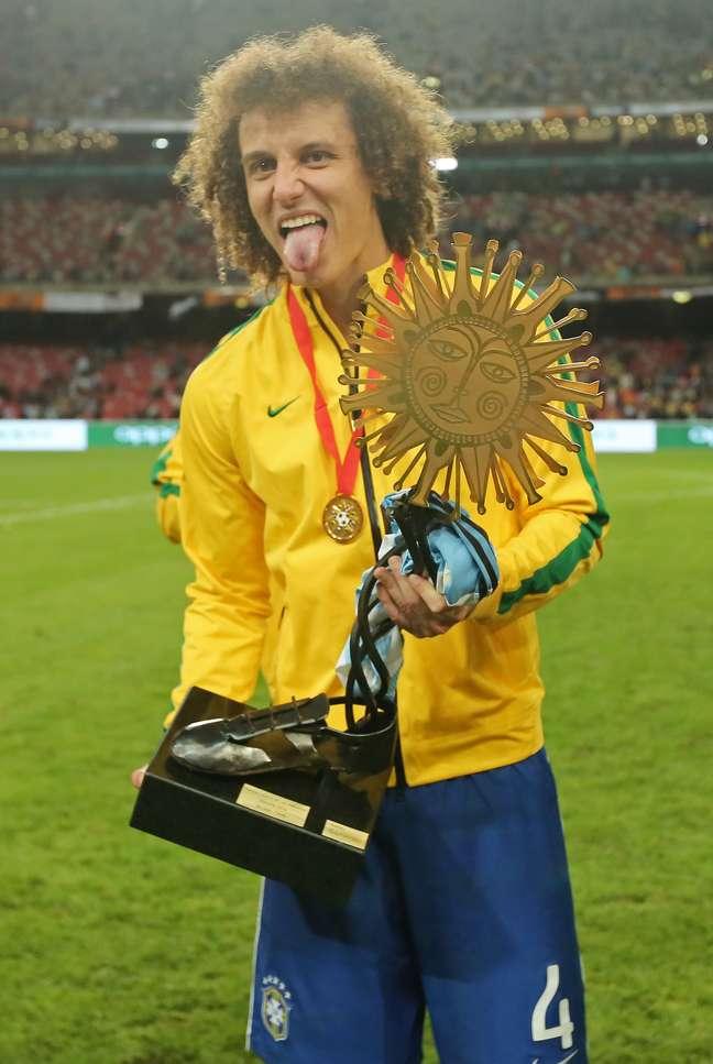 <p>David Luiz com trofeu do Superclássico das Américas</p>