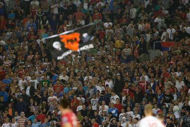 <p>Drone (aeronave não-tripulada) com uma bandeira com a inscrição Grande Albânia</p>