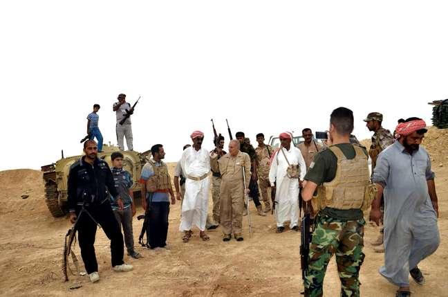 <p>Forças de segurança iraquianas e combatentes tribais se reúnem para defender a cidade iraquiana de Haditha, 240 km a noroeste de Bagdá, frente ao avanço do grupo extremista Estado Islâmico que controla de quase um terço do país</p>