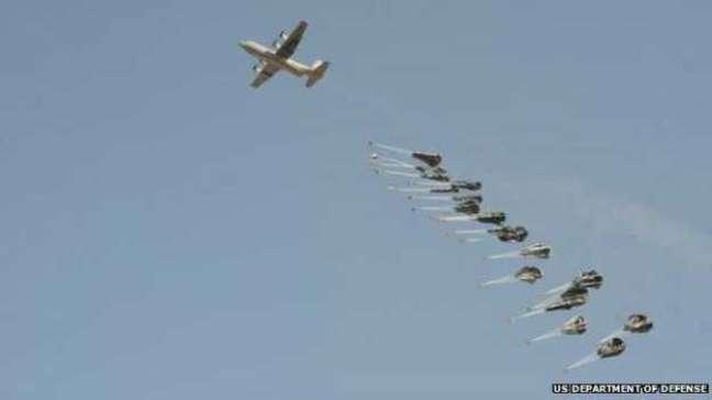 <p>EUA realizam ataques aéreos para conter avanço de militantes do 'Estado Islâmico' na cidade síria de Kobane</p>