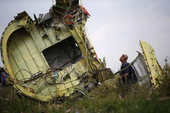 Investigador observa os destroços do avião da Malaysia Airlines que caiu perto de Grabovo, leste da Ucrânia. 22/07/2014