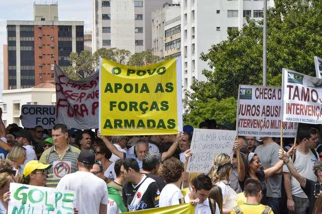 <p>Cartaz em meio a ato contra Dilma pede o apoio das Força Armadas</p>
