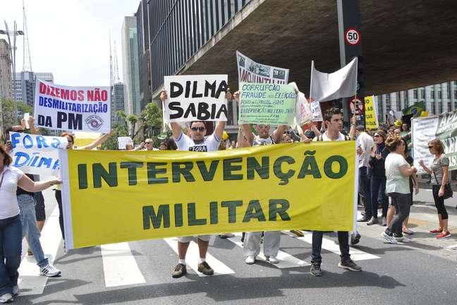 <p>Manifestantes de protesto que pede impeachment de Dilma Rousseff pedem a intervenção militar</p>