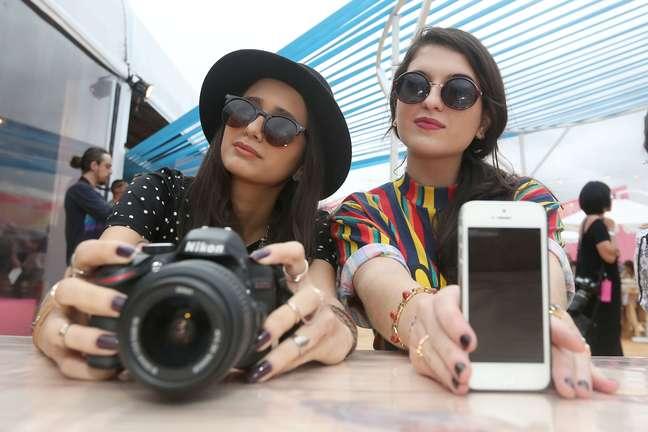 <p>A dupla de estudantes de negócios da moda Beatriz Arvatti e Carolina Andrade faz o estilo 'blogueira descolada'</p>