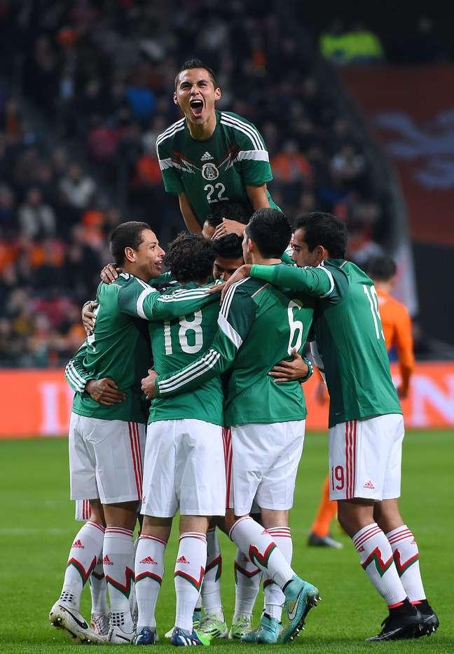 Jogadores do México festejam vitória em Amsterdã
