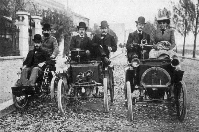 Louis Renault, ao centro, segura o volante do Voiturette, carro que ele criou e que deu origem a uma das maiores montadoras do mundo