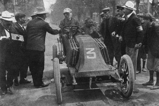 Louis Renault chega à cidade de Bordeaux, etapa da corrida entre Paris e Madri em que ficaria sabendo que seu irmão e cofundador da Renault, Marcel, havia morrido na prova