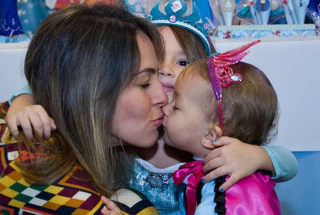 Raphaella com as filhas Valentina e Isadora: pelas filhas, a opção por ficar em casa ao invés de malhar na academia