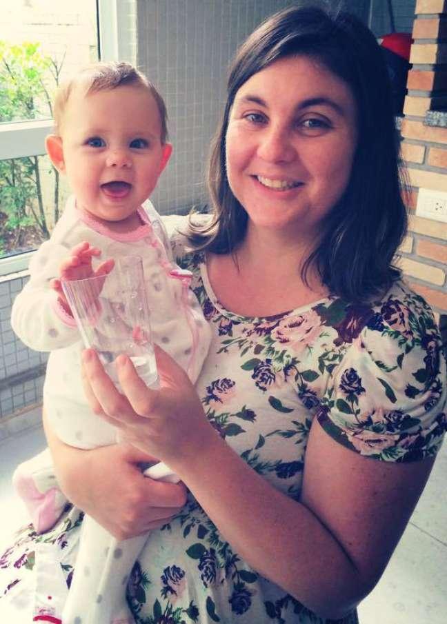 Juliana com a pequena Gabriela: ela antes malhava à noite. Agora, não mais