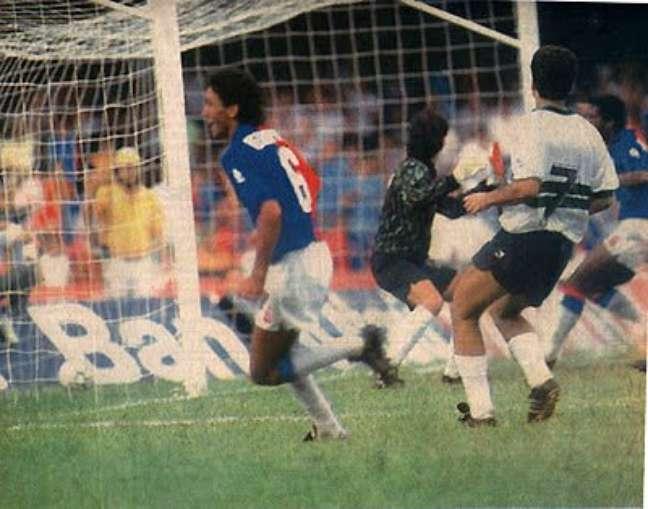 Ednelson chuta cruzado e faz o gol do primeiro título do Paraná