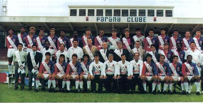 Elenco, comissão técnica e diretoria posam para a foto oficial do título, em 1991