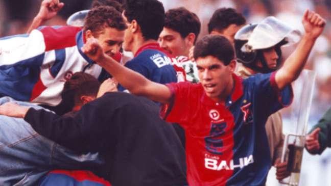<p>Ricardinho, reveladonas categorias de base, comemora seu gol do título de 1996</p>