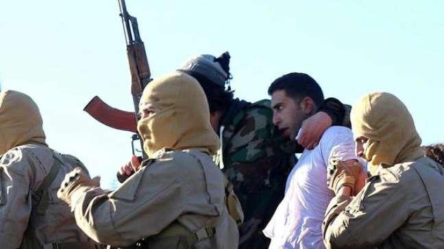 Imagem divulgada pelo Centro de Media Raqqa, afiliada ao grupo Estado Islâmico, mostra o piloto jordaniano capturado Muaz Kasabeh, em Raqqa, Síria, em 24 de dezembro