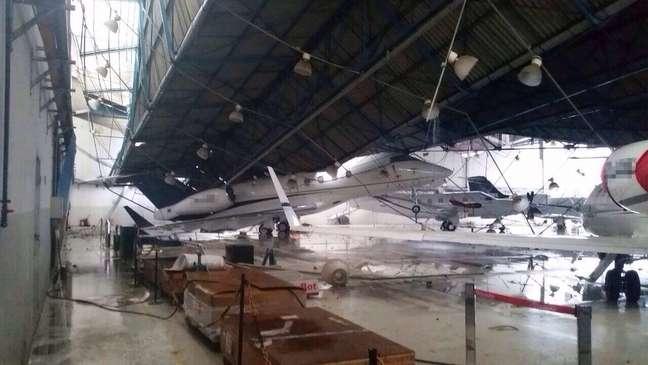 <p>Estrutura caiu sobre aeronaves que estavam estacionadas no hangar</p>