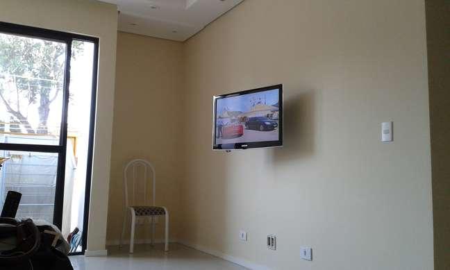 Luciana pediu ajuda para decorar o ambiente em volta da TV