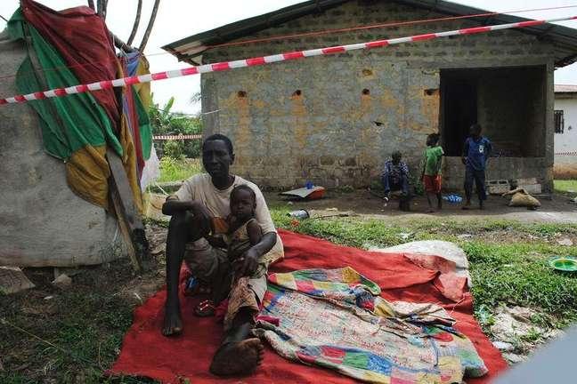<p>Paciente de Ebola James Flomo é colocado em isolamento com seus filhos após a morte da mulher em Monróvia, na Libéria, em 21 de janeiro</p>