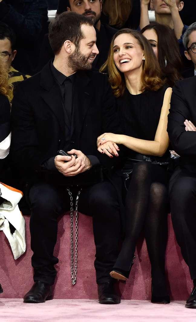 <p>Natalie Portman e o marido,&nbsp;Benjamin Millepied, assistiram ao desfile da Dior na fila A</p>